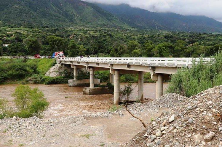 Autoridades regulan el paso por el puente Fray Bartolomé de las Casas, debido al crecimiento del caudal del Río Negro, Quiché. (Foto Prensa Libre: Hemeroteca PL)