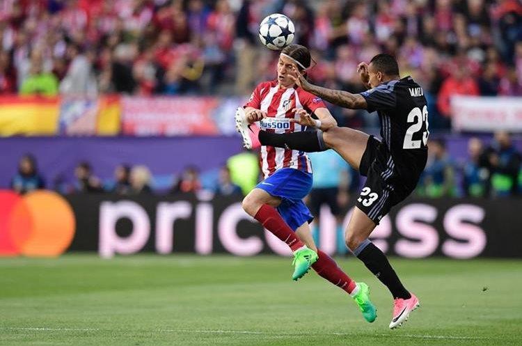 Filipe Luis pelea la pelota con su compatriota Danilo del Real Madrid.