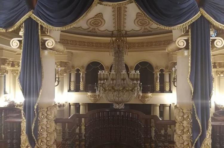 Se analiza desmontar la lámpara del Salón de Recepciones del Palacio. (Foto Prensa Libre: Carlos Álvarez)