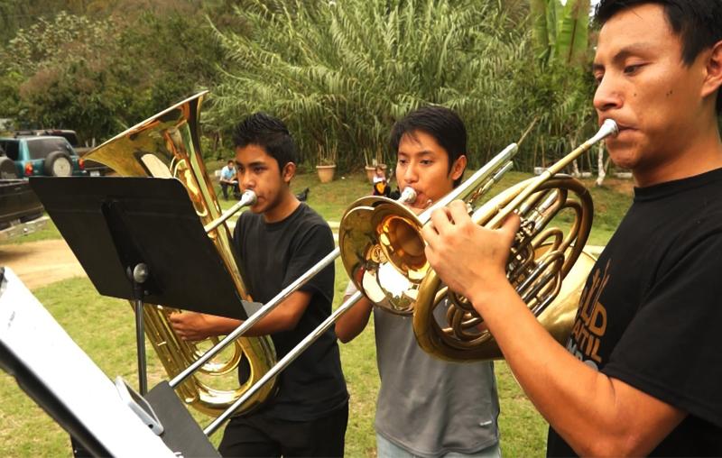 Grupo de jóvenes ensaya con los vientos.(Foto Prensa Libre: Josué León)