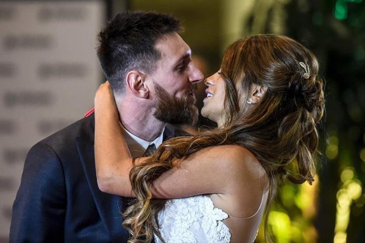 Lionel Messi y Antonella Roccuzzo fueron fotografíados después de la boda. (Foto Prensa Libre: AFP)