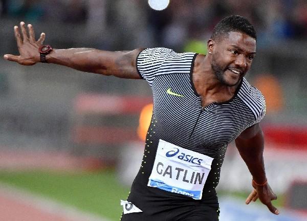 Justin Gatlin celebra tras ganar los 100 metros planos en Roma. (Foto Prensa Libre: AFP).