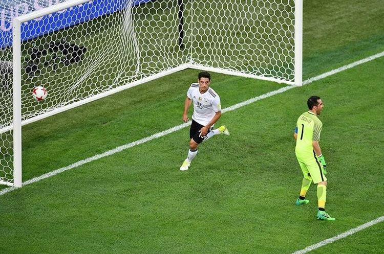 Lars Stindl vence a Claudio Bravo y marca el 1-0 de los alemanes.