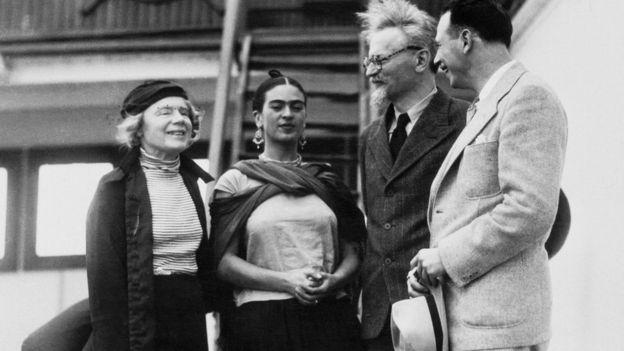 Trotski (segundo por la derecha), junto con su segunda mujer, Natalia Sedova (primera por la izquierda), Frida Kahlo y el teórico marxista y activista Max Shachtman. GETTY IMAGES