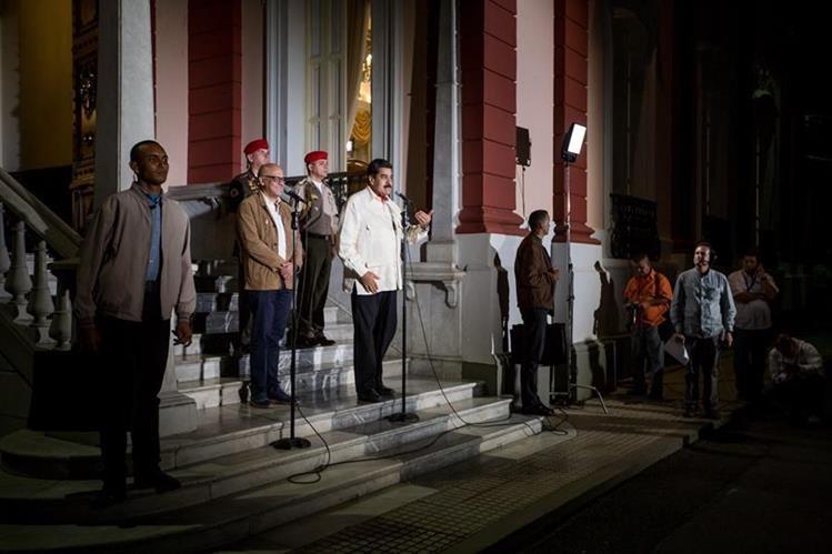 Nicolás Maduro (centro) anuncia que el diálogo dará resultados positivos. (Foto Prensa Libre: EFE)