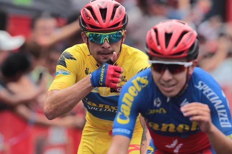 Román Villalobos aprovechó los premios de Montaña para sumar minutos valiosos en la etapa general. (Foto Prensa Libre: Norvin Mendoza)