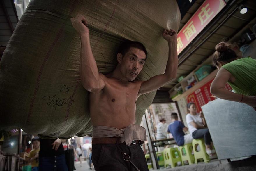 En su mayoría los porteadores tienen más de 50 años. (Foto Prensa Libre: AFP)