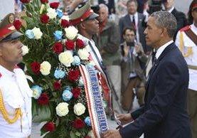 Barack Obama coloca una ofrenda floral ante el monumento del prócer cubano José Martí.