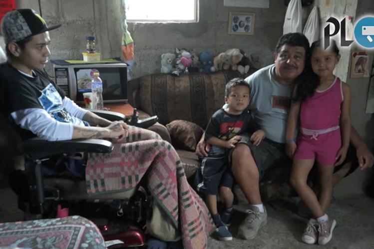 Otto Aceituno comparte en la sala de su hogar junto a tres de sus hijos, quienes han sido inspiración de su proyecto. (Foto Prensa Libre: Gabriela López)