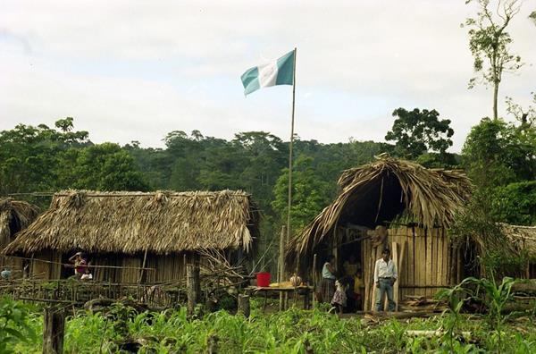 Familias que viven en la aldea Tres Puentes, que sirve de límite en la zona de adyacencia entre Guatemala y Belice. (Foto Prensa Libre: Hemeroteca PL)