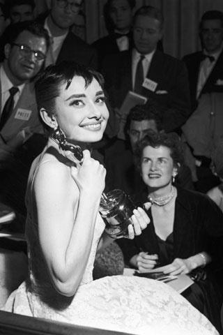 Audrey Hepburn enn el año 1954 recibió su primer Oscar por su papel protagonista en Vacaciones en Roma. Audrey decidió vestir para la ceremonia el vestido que llevaba en la escena final de la película, pero esta vez diseñado por Givenchy.