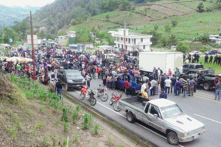El bloqueo en el km 150 de la ruta Interamericana ocasionó largas filas de vehículos debido a protesta de maestros. (Foto Prensa Libre: Ángel Julajuj)