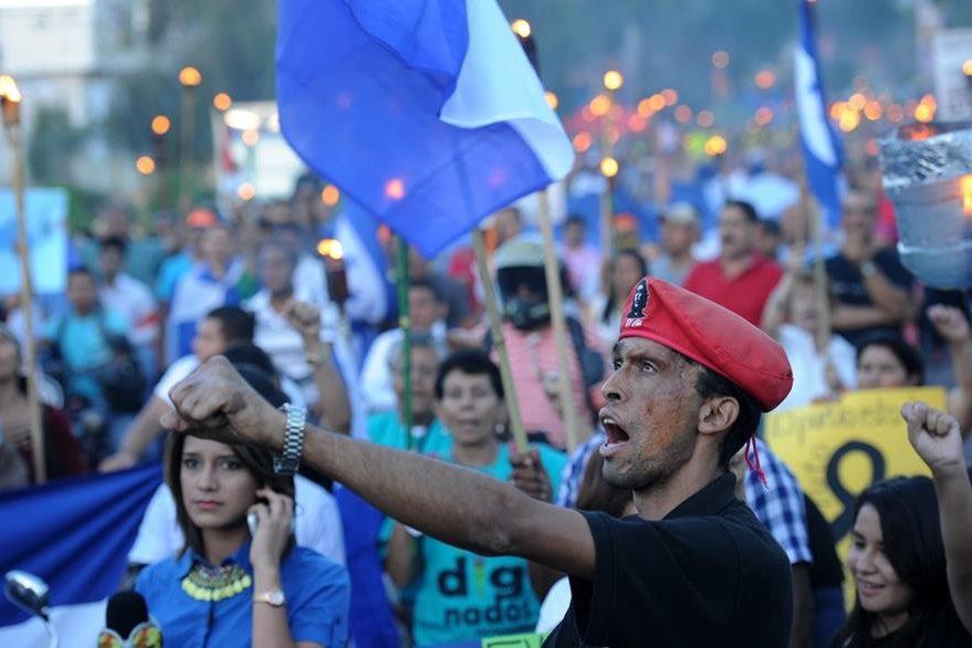 Hondureños protestan contra la corrupción en el Gobierno. (Foto Prensa Libre: AFP)