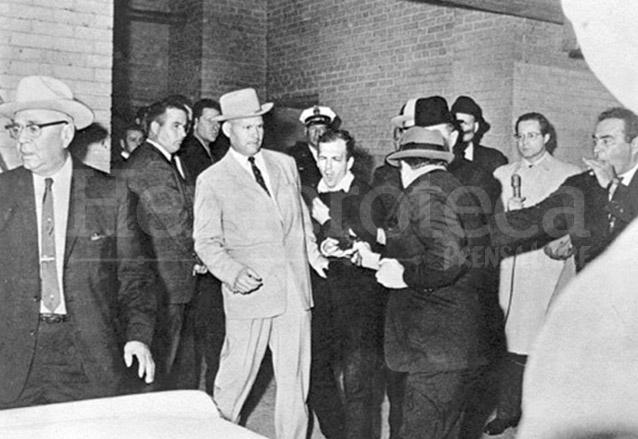 Jack Ruby aparece de espaldas acertándole un disparo a Lee Harvey Oswald. (Foto: Hemeroteca PL)