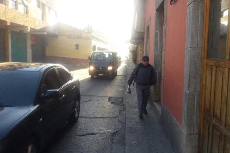 Vecinos de Xela salieron de sus viviendas con abrigos para protegerse del frío. (Foto Prensa Libre: María José Longo)