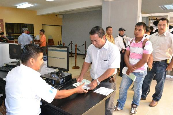 Vecinos de Zacapa tramitan su licencia de conducir, en Estanzuela.