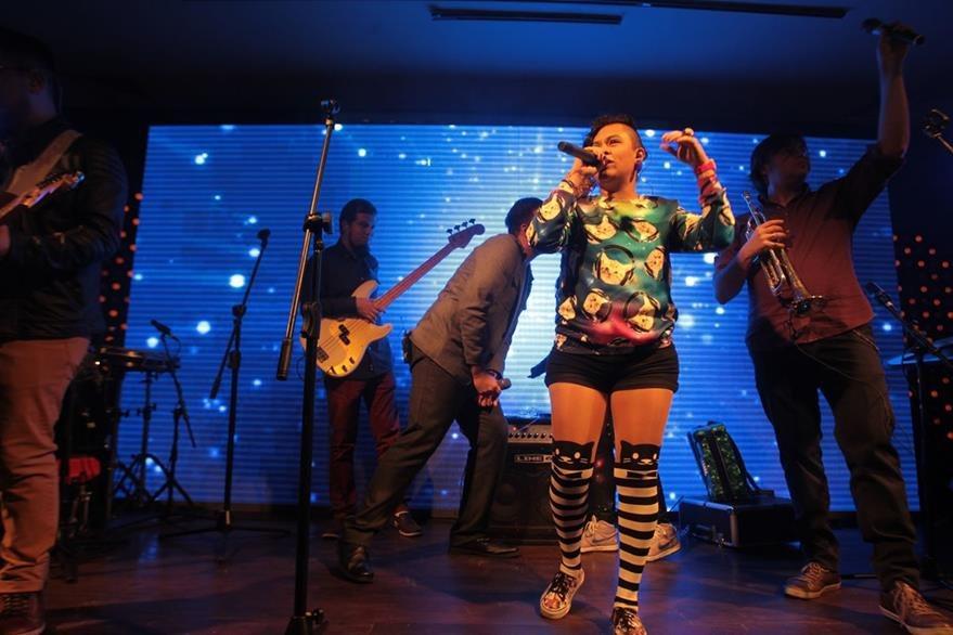 La rapera Rebeca Lane subió al escenario para cantar junto a Malacates el tema Tal vez. (Foto Prensa Libre: Ángel Elías)
