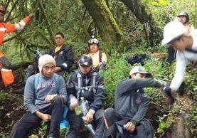 Socorristas auxilian a turistas rescatados en Sololá. (Foto Prensa Libre: @BVoluntariosGT).