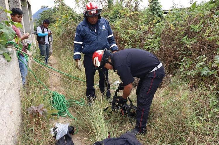 Los socorristas utilizar equipo especial para rescatar al perro. (Foto Prensa Libre: Víctor Chamalé)