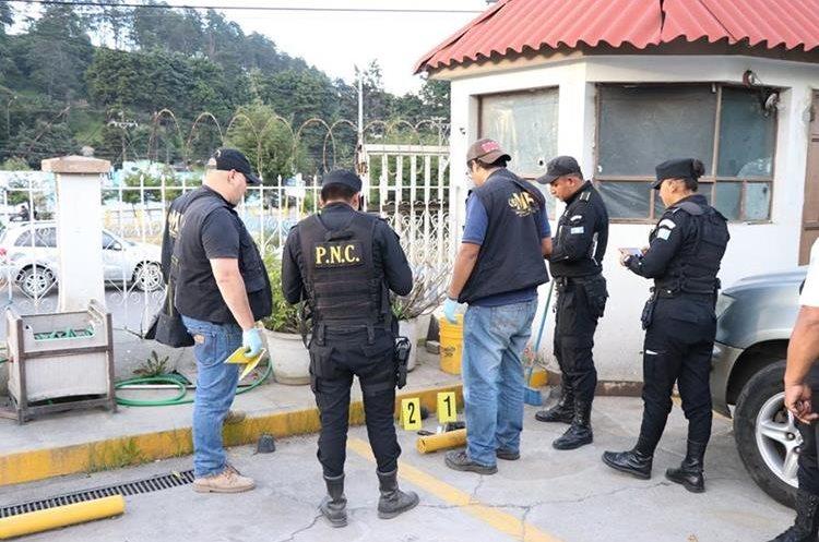 Peritos del MP buscan indicios en el lugar donde se registró el ataque contra el autobús extraurbano.(Foto Prensa Libre: María Longo)