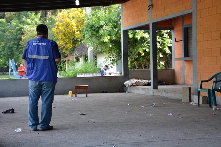Autoridades del Ministerio Público analizan el lugar en el que fue encontrado el cádaver. (Foto Prensa Libre: Carlos Enrique Paredes)