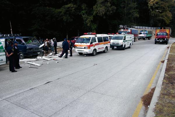 Bomberos auxilian a pasajeros de un microbús que se accidentó en el km 94, en Tecpán Guatemala, Chimaltenango. (Foto Prensa Libre: José Rosales)