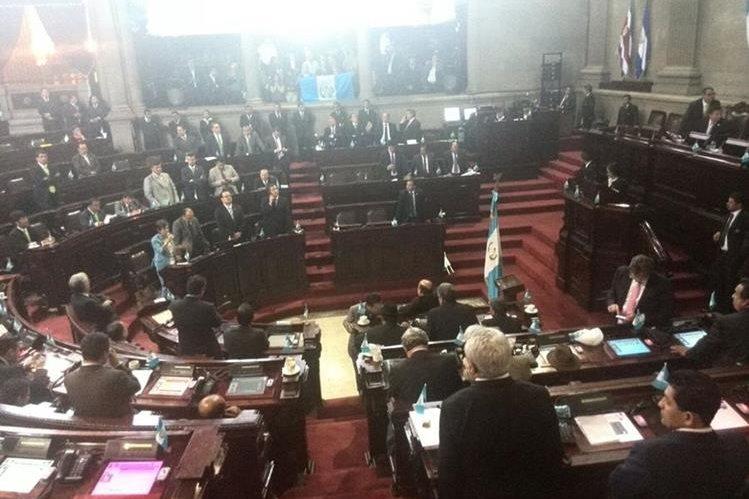 Diputados sesionan para conocer el antejuicio de Pérez Molina. Al fondo, dirigentes empresariales en el palco del cuerpo de diplomático.