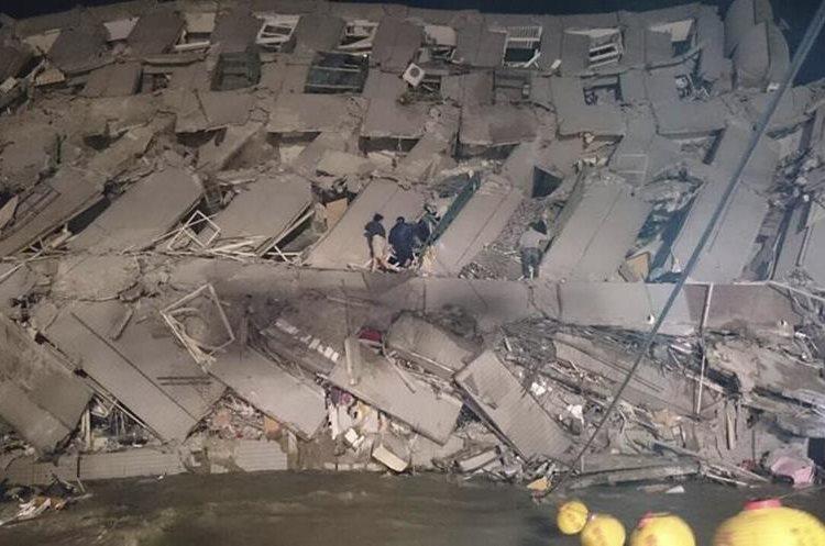 Varios edificios colapsaron; aún no reportan víctimas fatales. (Foto Prensa Libre: AP).