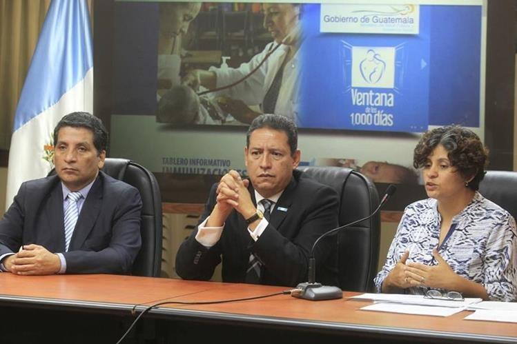 El ministro de Salud, Mariano Rayo, ofrece conferencia de prensa en donde informa sobre anomalías en la contratación de personal. (Foto Prensa Libre: Edwin Bercián)