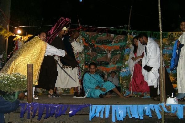 Jóvenes participan  en una dramatización.