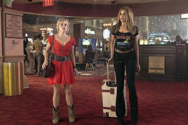 Sofía Vergara (derecha), junto a Reese Witherspoon, en una escena de la película Hot Pursuit. Foto Prensa Libre: Warner Bros / AP.