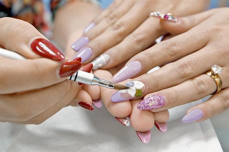 Las uñas acrílicas con punta stiletto dan una imagen más estilizada a la mano.