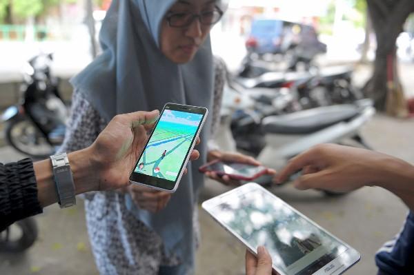 Un grupo de indonesios juega Pokemon Go en las calles de Banda Aceh. (AFP).