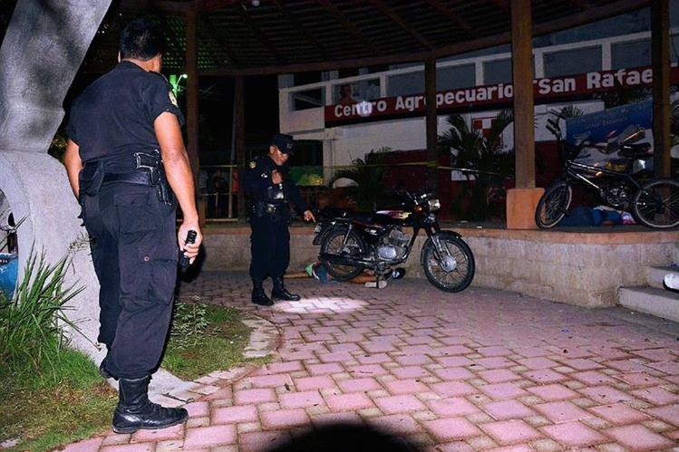 Dos jóvenes murieron en el parque central de Iztapa. (Foto Prensa Libre: Carlos Parede)