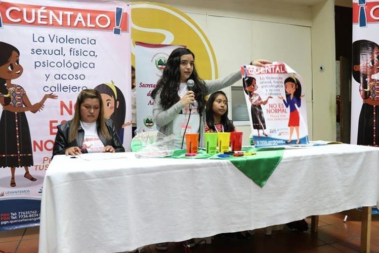 Rita Botran, una de las integrantes de la red, muestra un afiche de los que se utilizarán durante la campaña. (Foto Prensa Libre: María José Longo)