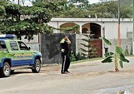 En un tramo de un kilómetro de Quezaltepeque hacia Honduras y El Salvador, los pobladores colocaron plantas de banano en señal de protesta y las autoridades procedieron a retirarlas. (Foto Prensa Libre: Mario Morales)