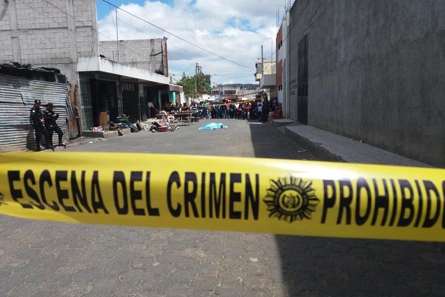 Douglas Manuel Estrada López murió baleado en un sector del Mercado La Terminal de Chimaltenango. (Foto Prensa Libre: Víctor Chamalé)
