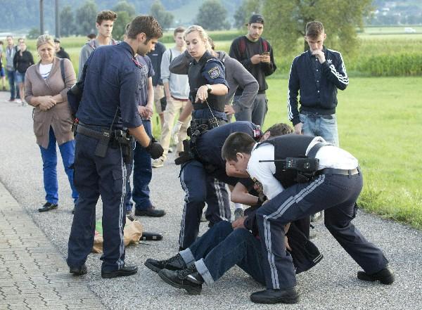 Policías detienen al presunto atacante en la estación de tren Sulz-Röthis en Vorarlberg. (AFP).