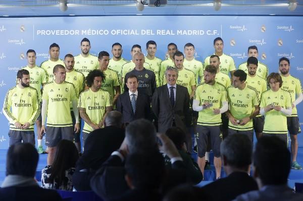 Los jugadores posan durante el acto de entrega de las tarjetas sanitarias. (Foto Prensa Libre: EFE)