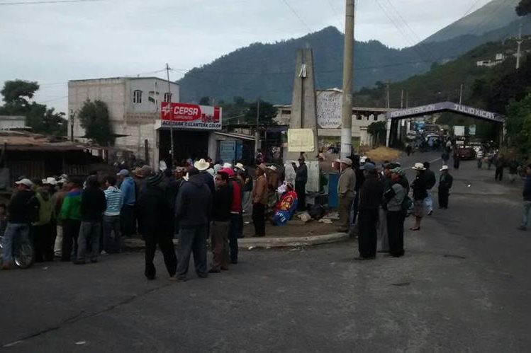 Campesinos de Zunil, Quetzaltenango, se reúnen e impiden el paso de vehículos. (Foto Prensa Libre: elQuetzalteco)
