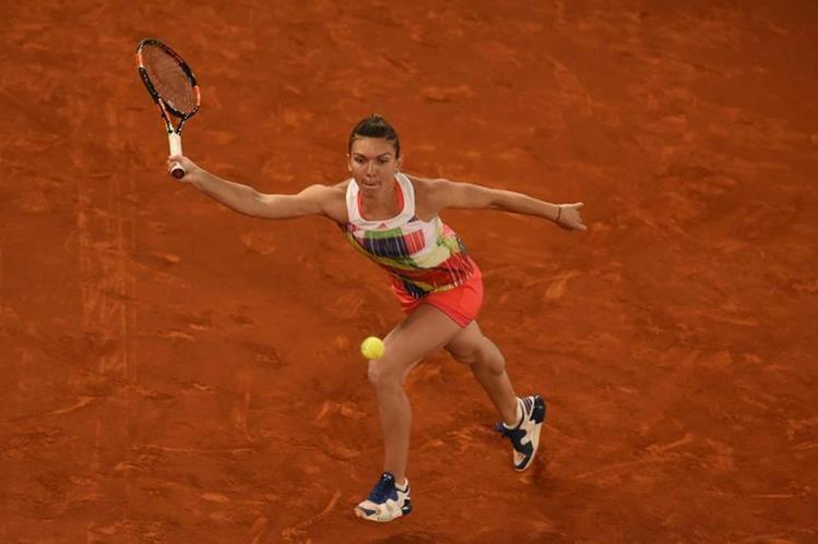 Simona Halep regresa una de las pelotas a su rival en la final de este sábado. (Foto Prensa Libre: AFP)