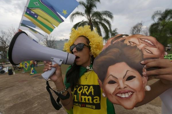 Brasileños protestan contra el gobierno de Rousseff señalado de actos de corrupción.