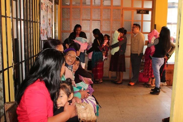 Mujeres esperan en un centro de Salud a que sus hijos sean vacunados. (Foto Prensa Libre: Hemeroteca PL)