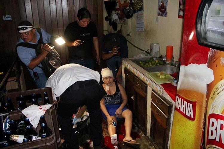 Las mujeres son auxiliadas por Bomberos Voluntarios en el interior de la cantina. (Foto Prensa Libre: Rolando Miranda)