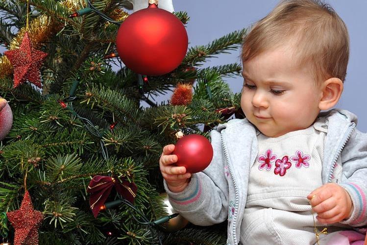 Cuando el bebé comienza a familiarizarse con los adornos navideños, también hay que tomar las precauciones para evitar accidentes.