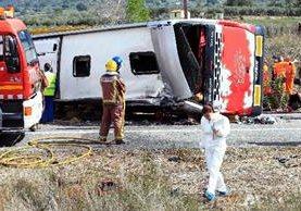 Rescatistas trabajan en la escena del accidente de tránsito.