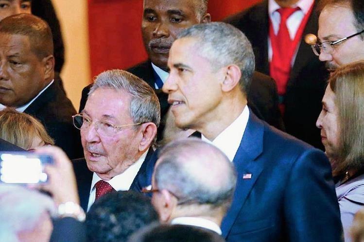 El presidente cubano, Raúl Castro y el estadounidense Barack Obama, acordaron mejorar las relaciones. (Foto Prensa Libre: AFP).