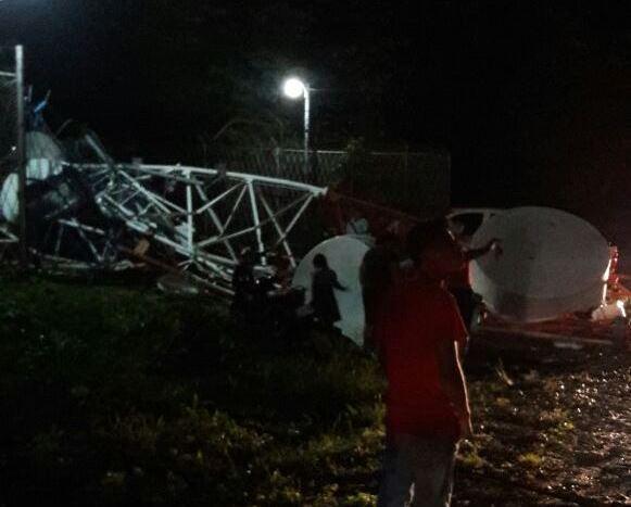 Torre de telefonía que cayó en San Benito. Foto Prensa Libre: Rigoberto Escobar.