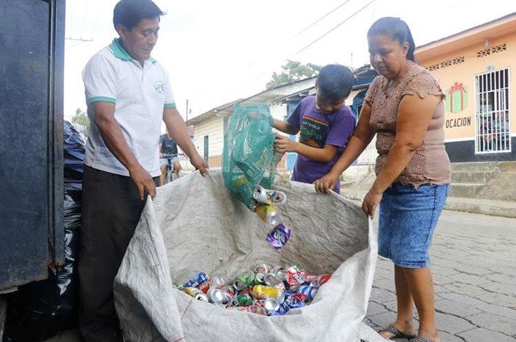 La familia Mejía Mazariegos recolecta plásticos, latas, metales y cartón. (Foto Prensa Libre: Rolando Miranda)