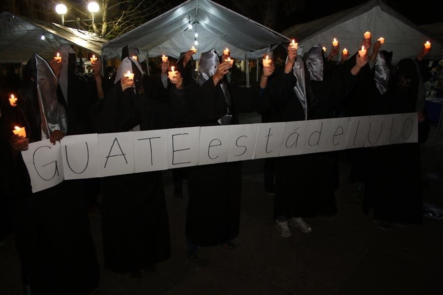 Estudiantes universitarios se unieron en Cobán al repudio por la trágica muerte de niñas. (Foto: Eduardo Sam)